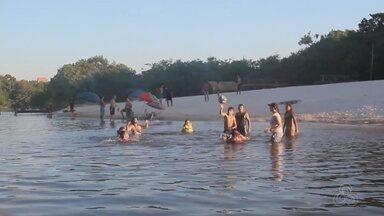 Comerciantes lucram em praia no Sul do AM - Além de curtir o banho de rio e a paisagem, muita gente está aproveitando para ganhar dinheiro