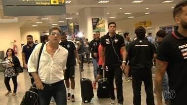 Atlético-GO e Grêmio desembarcam juntos em Goiânia para jogo desta quarta - Rivais pegam mesmo voo e chegam ao mesmo tempo para mais uma rodada da Série A.
