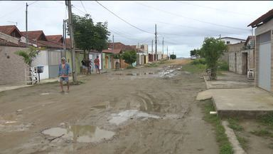 Moradores reclamam de lamaçal e falta de pavimentação em rua do bairro Novo Cruzeiro - A rua fica praticamente intransitável durante o período de chuva.