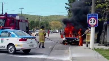 Camburão da PM pega fogo na RJ-106, em Iguaba Grande - Quatro agentes conseguiram sair sem ferimentos.