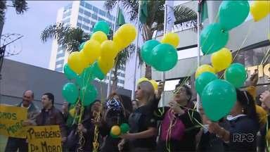 Manifestantes comemoram aniversário de juiz Sérgio Moro - Foi anunciada a prorrogação da força-tarefa da Operação Lava Jato.