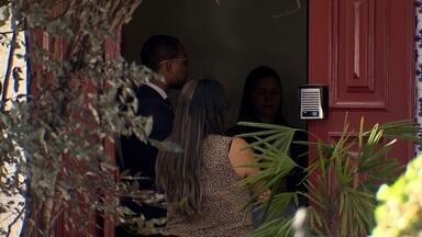 Quatro bandidos armados invadem casa no Lago Sul e fazem 15 pessoas reféns - Os homens chegaram a agredir algumas pessoas, roubaram celulares, computadores, joias e dinheiro e fugiram no carro de uma das vítimas.