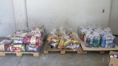 Servidores estaduais sem salários recebem cestas básicas - Funcionários públicos contam com a solidariedade até para ter comida na mesa. Um drama resultante do caos financeiro do estado do Rio