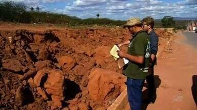 Trabalho de crianças retirando areia é comum no interior do Ceará - Nesta segunda, criança morreu soterrado em barranco.