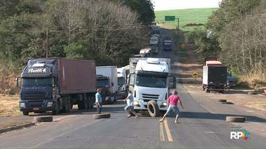 """Caminhão fura bloqueio e quase atinge manifestantes em rodovia no sudoeste do estado - Nossa equipe flagrou com exclusividade o momento em que o motorista do caminhão """"avançou"""" sobre os manifestantes. Por pouco não acontece uma tragédia."""