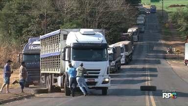 Motorista joga caminhão em direção a manifestantes em Realeza - Os caminhoneiros faziam um protesto na PR 182, na tarde desta terça-feira, 1º de agosto. Por sorte, ninguém se feriu.