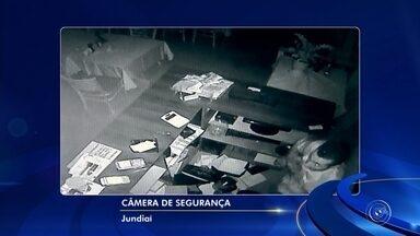 Polícia prende criminoso que furtou churrascaria em Jundiaí - Um homem foi preso em Jundiaí (SP), nesta terça-feira (1°), por suspeita de ter furtado uma churrascaria, há cerca de um mês. Câmeras de segurança flagraram o criminosos no comércio tentando evitar o registro da ação.