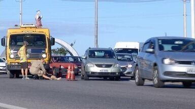 Motociclista morre ao bater em kombi e caminhão em Campos, no RJ - Motociclista se desequilibrou, de acordo com os bombeiros. O carona da moto se feriu.