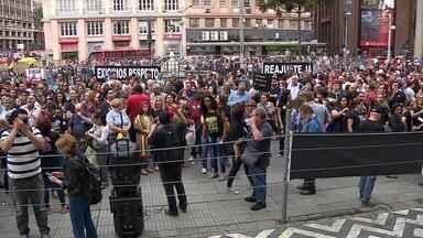 Servidores de Porto Alegre protestam contra pacote de medidas enviado à Câmara - Assista ao vídeo.