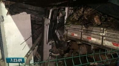 Caminhão invade casa após motorista tentar evitar batida com moto em João Pessoa - Motorista ficou preso às ferragens, foi socorrido pelos bombeiros e encaminhado para o Hospital de Trauma.