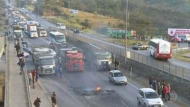 Caminhoneiros voltam a fechar estradas em Minas em protesto contra alta de impostos - Eles protestam contra o aumento de impostos de combustíveis, determinado pelo governo federal.
