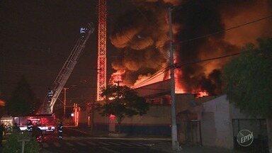 Incêndio atinge fábrica de colchões em bairro de Campinas; veja o vídeo - Fogo atingiu a Colchões Quixadá no Jardim Ipaussurama, tomando grandes proporções; vizinhos relatam ter escutado várias explosões.