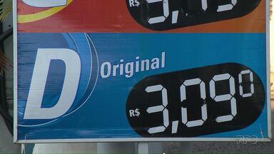 Preço dos combustíveis sofre novo reajuste em Londrina - O litro do diesel chegou a R$3,09 e da gasolina a R$3,99. Nas rodovias, caminhoneiros bloquearam o pedágio da BR-369 em Arapongas por cerca de cinco horas durante a noite.