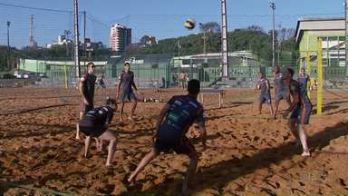Vôlei de Maringá começa preparação para Superliga - Para melhorar condicionamento, treinos são nas quadras de areia