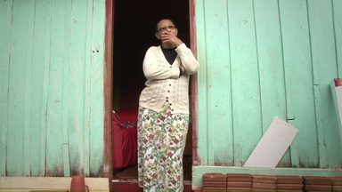 Aposentada recebe a ajuda de grupo de voluntários - A casa em que ela mora há quase 50 anos foi toda reformada.