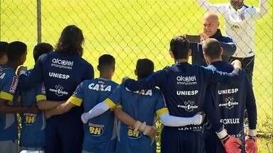 Goleiros do Corinthians treinam na Toca da Raposa e são tietados pelos jogadores da base - Corinthians joga contra o Atlético-MG, nesta quarta-feira