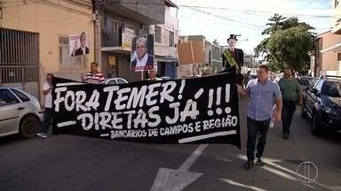 Sindicatos se reúnem em Campos, RJ, para acompanhar votação de denúncia contra Temer - Manifestação aconteceu em diversos pontos do Brasil na manhã desta quarta-feira (2).