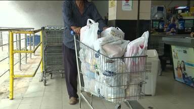 As sacolas plásticas dos supermercados estão com os dias contados - Os estabelecimentos terão que trabalhar com as biodegradáveis.