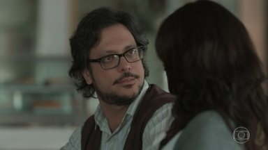 Roney desabafa com Josefina sobre Deco - Ele conta para a namorada que durante o delírio, Keyla chamou por Deco e disse que ele era o pai de Tonico