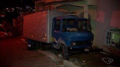 Caminhão desgovernado atinge casa em Vista Mar, Cariacica - O caminhão já foi retirado do local e não será necessário interditar o imóvel.