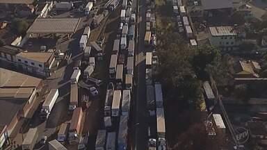 Caminhoneiros protestam pelo terceiro dia nas rodovias de Minas Gerais - Caminhoneiros protestam pelo terceiro dia nas rodovias de Minas Gerais