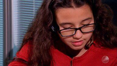 Filha do artilheiro Roger ganha óculos especial; Giulia tem 11 anos e nasceu sem enxergar - Veja na reportagem do esporte no Bahia Meio Dia.