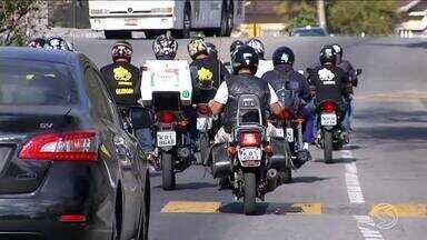 Motoboys de Volta Redonda chamam atenção para perigos da pipa com cerol e linha chilena - Uma simulação de acidente no trânsito foi realizada para conscientizar a população.