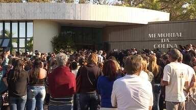 Parentes, amigos, jornalistas e telespectadores se despedem de Artur Almeida - Ele foi enterrado nesta quinta-feira