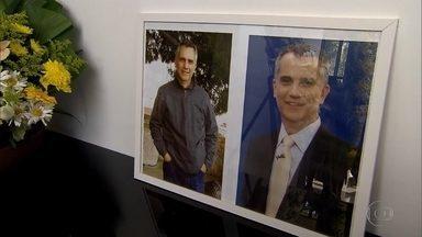 Artur Almeida tem despedida emocionante em cemitério de BH - Jornalista foi enterrado nesta quinta-feira
