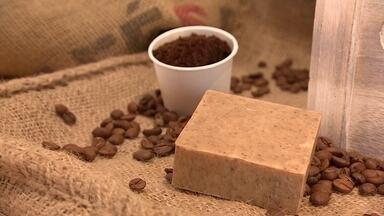 Dona de cafeteria cria sabonete esfoliante feito com borra de café - Empresária de Curitiba começou a diversificar os produtos da cafeteria. criou uma coffee bag, ou seja, uma porção de café em pó, individual, portátil e descartável, além de um sabonete feito com a borra de café que era descartada.