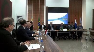 """Mercosul suspende Venezuela do bloco - Os ministros de Relações Exteriores do Brasil, Argentina, Paraguai e Uruguai decidiram suspender a Venezuela do bloco por """"ruptura da ordem democrática"""". Entenda."""