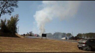Caminhão tomba e fecha a Rodovia Assis Chateaubriand em Barretos, SP - A cabine do veículo pegou fogo após o acidente, próximo ao trevo na entrada da cidade.