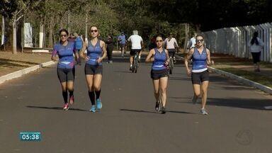 Foco e disciplina são fundamentais se tornar maratonista - Esta segunda-feira (7) é comemorado o Dia do Maratonista. Professor e atletas falam sobre o treinamento.