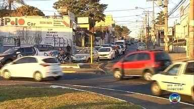 Semana começa com trânsito intenso em Bauru - A segunda-feira (27) começou com trânsito intenso em Bauru (SP). Na madrugada, uma jovem de 19 anos morreu em acidente na Avenida Comendador José da Silva Martha, em Bauru (SP).