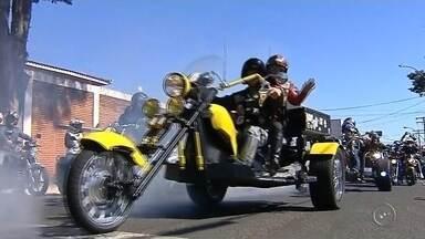 Devoção de motociclistas marca festa no distrito de Aparecida em São Manuel - Centenas de motociclistas participaram da festa religiosa no distrito de Aparecida em São Manuel, levando devoção em uma carreata de 6 km e uma missa ao ar livre.