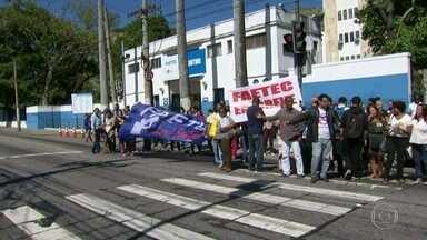 Professores da Faetec entraram em greve, por tempo indeterminado - A greve foi decidida no dia do reinício das aulas. Servidores do estado e funcionários terceirizados da Faetec estão com os salários atrasados.