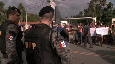 Moradores de Ipioca protestam contra sistema de integração de ônibus - Comunidade local ocupou uma das vias da AL-101 Norte na manhã desta segunda-feira (7).