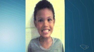 Menino de cinco anos morre eletrocutado ao sair do banho em Cariacica, ES - Criança esperava mãe retornar ao banheiro com uma toalha, quando tocou em um fio de onde pendia a lâmpada do banheiro.