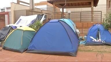Grupo acampa em frente à Moradia Estudantil, em Dourados - Eles tentam uma vaga para morar no local. Eles contam com a solidariedade de quem já mora lá. O processo de seleção está em andamento.