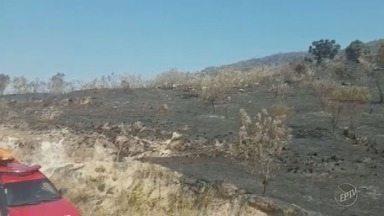 Incêndio atinge ponto turístico de São Pedro - O fogo começou na Gruta dos Anões, e o combate às chamas teve apoio do helicóptero águia da Polícia Militar.