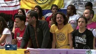 Manifestantes ocupam o plenário da Câmara de Vereadores de SP há quase 24 h - O grupo é contra os cortes no passe libre e contra os projetos da prefeitura de concessão de bens públicos a empresários.