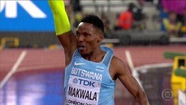 Atleta da Botswana corre sozinho e conquista vaga para as semifinais dos 200m em Londres - Makwala ficou afastado por uma gastroenterite e precisou correr contra o relógio para conseguir a classificação.