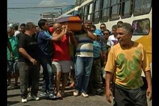 Motorista morto na manhã de quarta-feira, 09, é enterrado em Ananindeua - O velório ocorreu sob muita comoção de parentes e amigos.