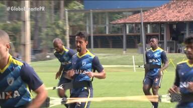 Londrina apresenta dois reforços - um deles é um velho conhecido - Se o atacante Anderson Aquino veste pela primeira vez a camisa do Tubarão, o zagueiro Dirceu retoma uma história de glórias com o clube