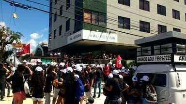 Servidores do Ifal realizam protesto contra processo administrativo - Manifestantes se concentraram em frente a reitoria do Ifal nesta quinta-feira (10).
