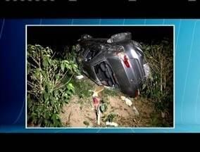 Carro cai em ribanceira de 50 metros e quatro pessoas ficaram feridas na BR-116 - Entre os feridos está um bebê de seis meses; vítimas tiveram ferimentos leves e foram socorridas pelo Corpo de Bombeiros.