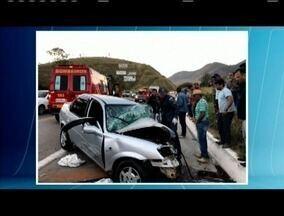 Motorista fica gravemente ferida após bater de frente com uma careta na BR-116 - De acordo com a PRF, a vítima perdeu o controle da direção, invadiu a contramão da direção e bateu de frente com um caminhão. Ela foi encaminhada ao hospital de Caratinga.
