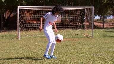 Minicraque - O sonho do Hennry é ser jogador de futebol e ele respira o esporte 24 horas por dia