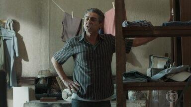 Aldo quer saber por que Tato saiu da casa de Roney - Tato se chateia ao ver o pai se embebedando novamente