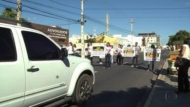 Parentes da menina Beatriz fazem protesto em frente à sede do Ministério Público no Sertão - Grupo criticou a demora das investigações do assassinato, cometido em dezembro de 2015.